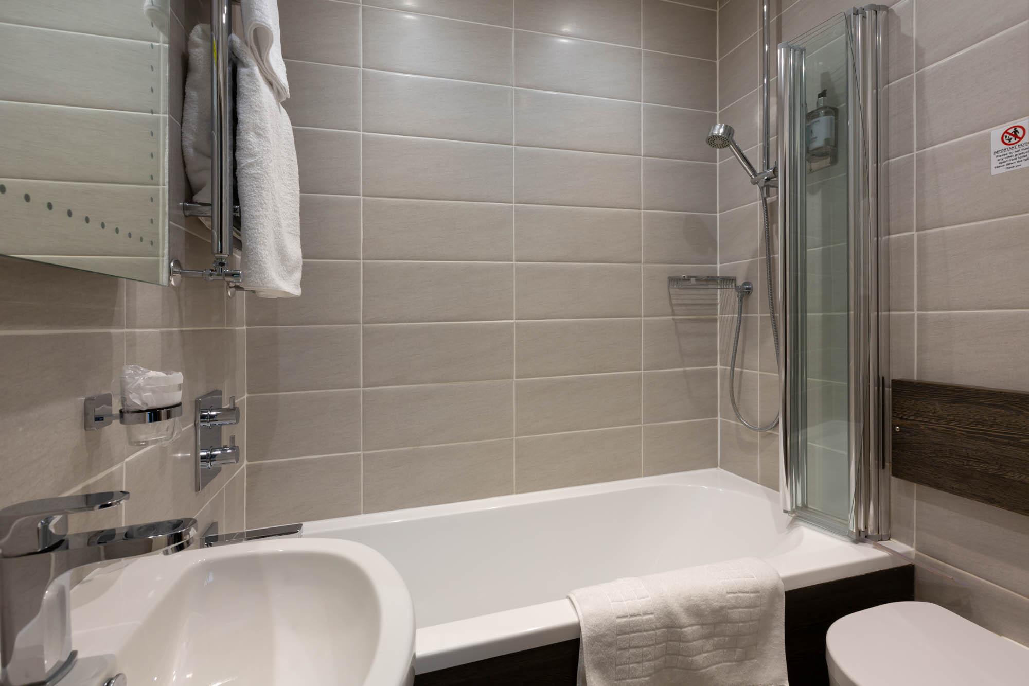 Double Room Bathroom with Bath
